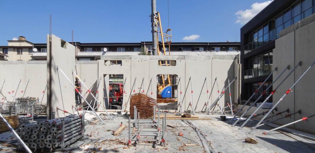 Die Rohbauarbeiten auf der Baustelle der Sparkassen-Erweiterung in Walsum gehen voran